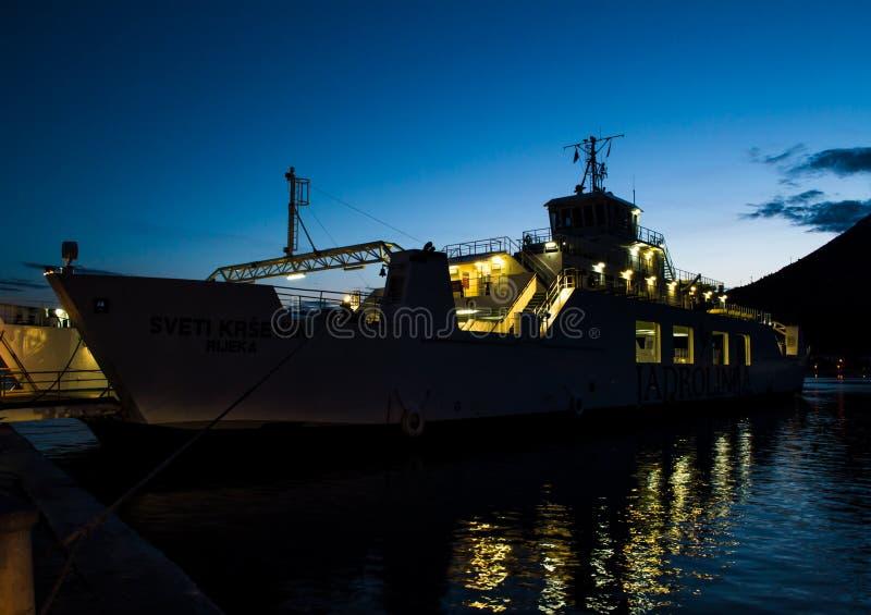 Ferry Jadrolina dans le port d'Orebic images stock