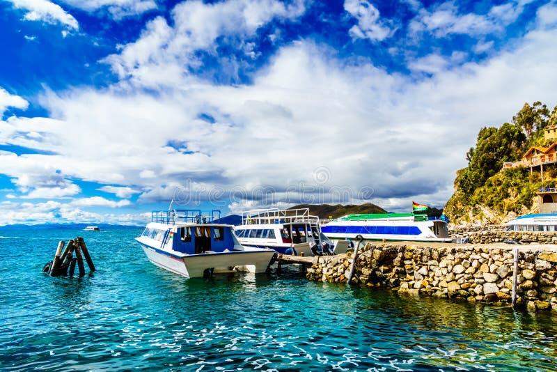 Ferry por Copacabana na maneira a isla del solenoide - Bolívia imagem de stock royalty free