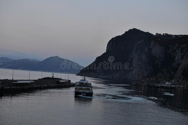 Ferry quittant l'île de Capri image libre de droits