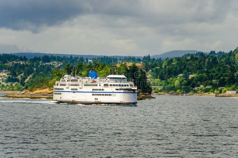 Ferry quittant un port image stock