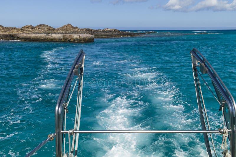 Ferry quittant une île tropicale à distance photo libre de droits