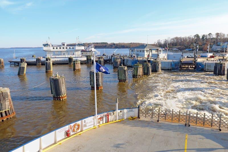 Ferry sair das docas de balsa de Jamestown-Escócia em Surrey, Virg fotos de stock