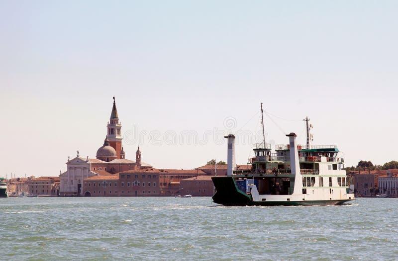 Ferry sobre el della Giudecca, Venecia Italia de Canale fotografía de archivo