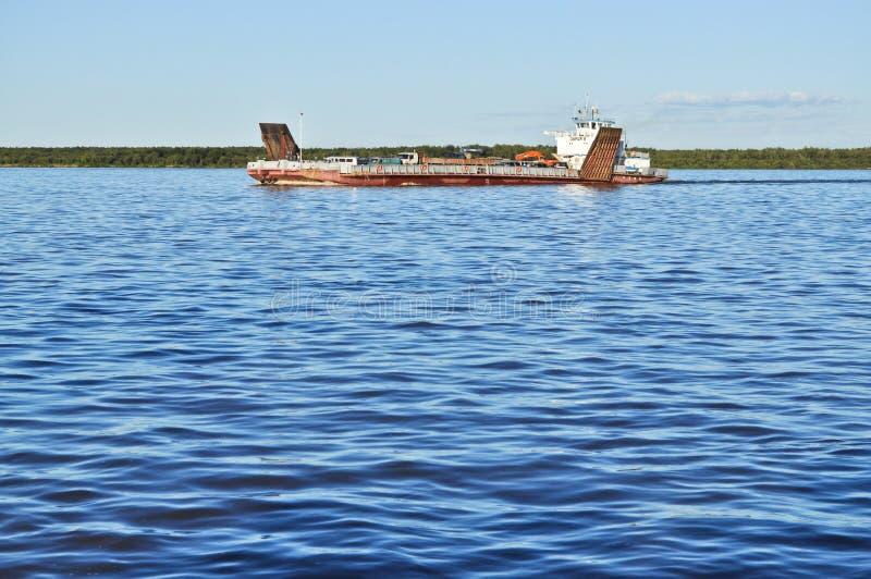 Ferry sur la grande rivière. image stock