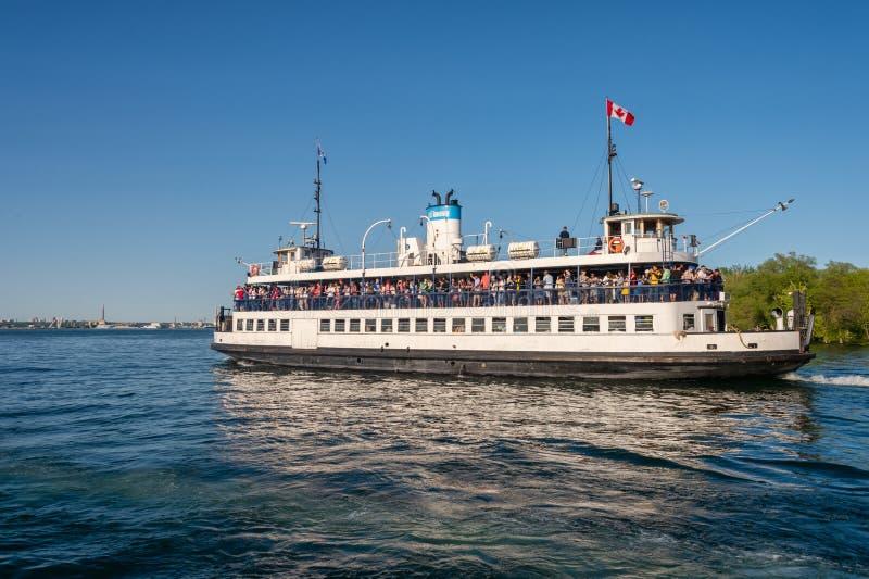 Ferry sur son chemin au port 2019 de Toronto images libres de droits