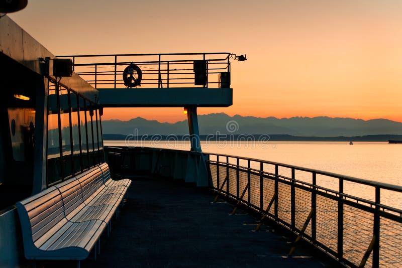 Ferryboat и олимпийские горы стоковые фото