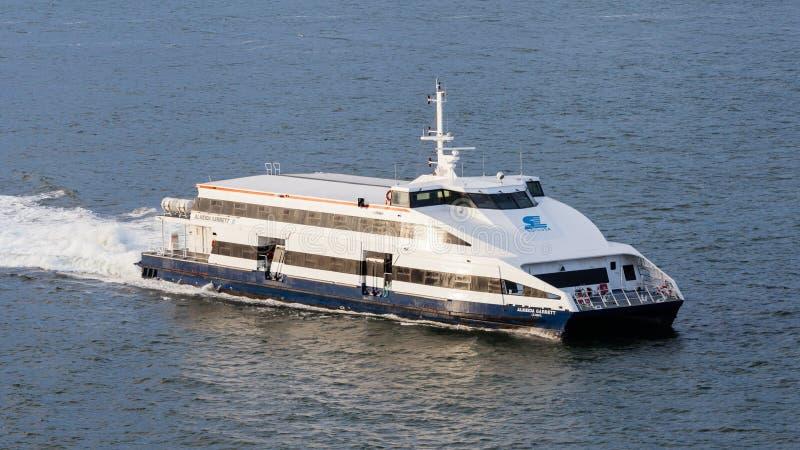 Ferryboat Almeida Garrett Crossing o rio Tagus fotografia de stock