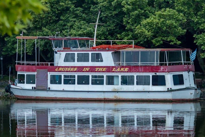 Ferryboat branco e vermelho velho, lago Ioannina, Grécia foto de stock royalty free
