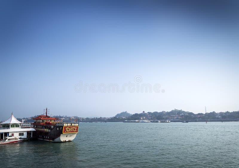 Ferryboat da ilha de Gulangyu e do rio do turista na porcelana de xiamen fotografia de stock