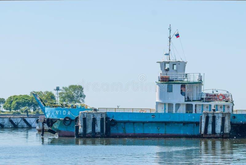 Ferryboat de Nida no cuspe para carros e povos foto de stock
