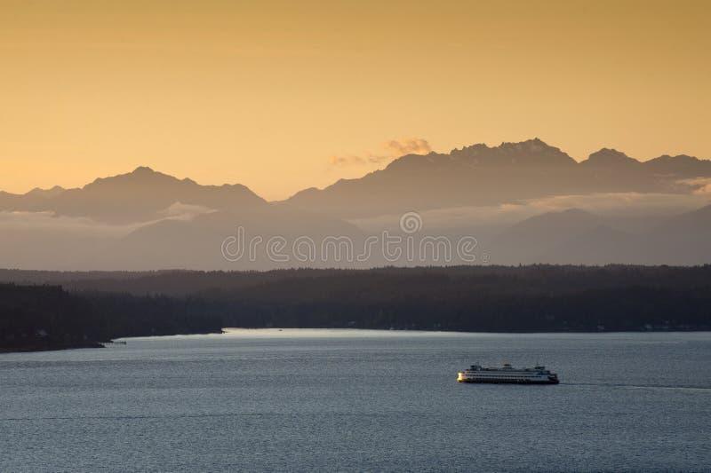 Ferryboat de Seattle no por do sol imagens de stock royalty free