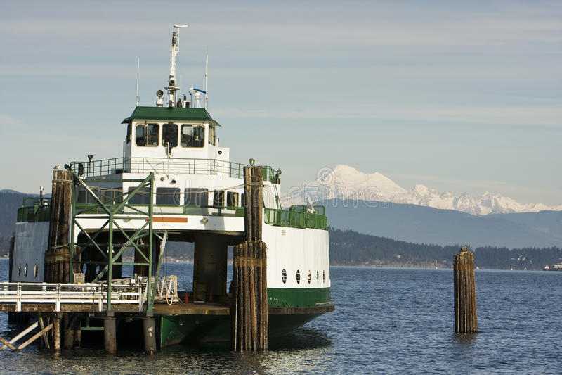 Ferryboat e montanha fotografia de stock royalty free