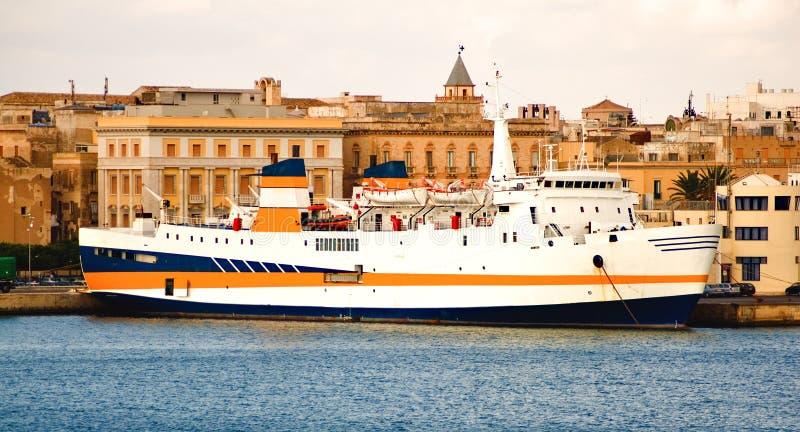 Ferryboat na porta foto de stock