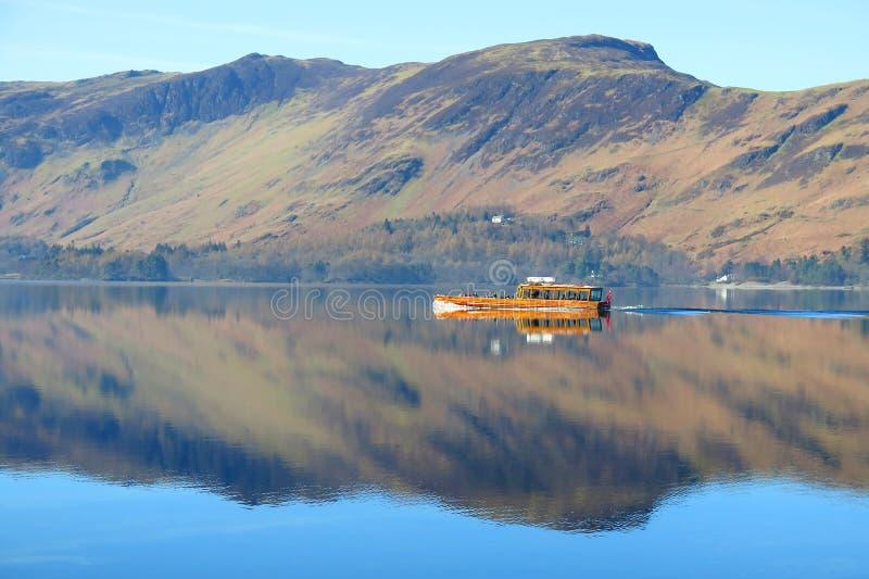 Ferryboat no espelho como o lago imagem de stock royalty free