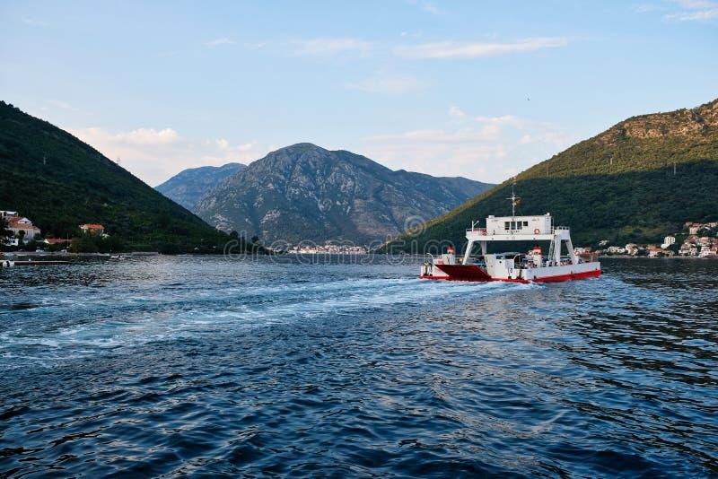 Ferryboat pequeno que cruza a baía de Kotor, Montenegro fotos de stock royalty free