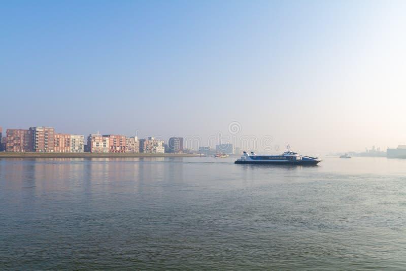 Ferryboat que cruza o rio fotografia de stock royalty free
