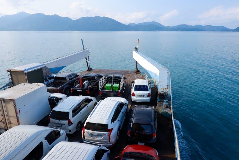 Ferryboat que toma os carros que cruzam-se à ilha de Kho Chang em Tailândia foto de stock royalty free