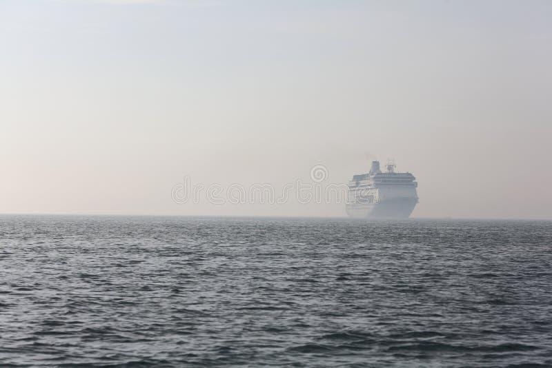 Download Ferryboat Som Löper I Avståndet På Havet Fotografering för Bildbyråer - Bild av oceanic, passagerare: 27275641