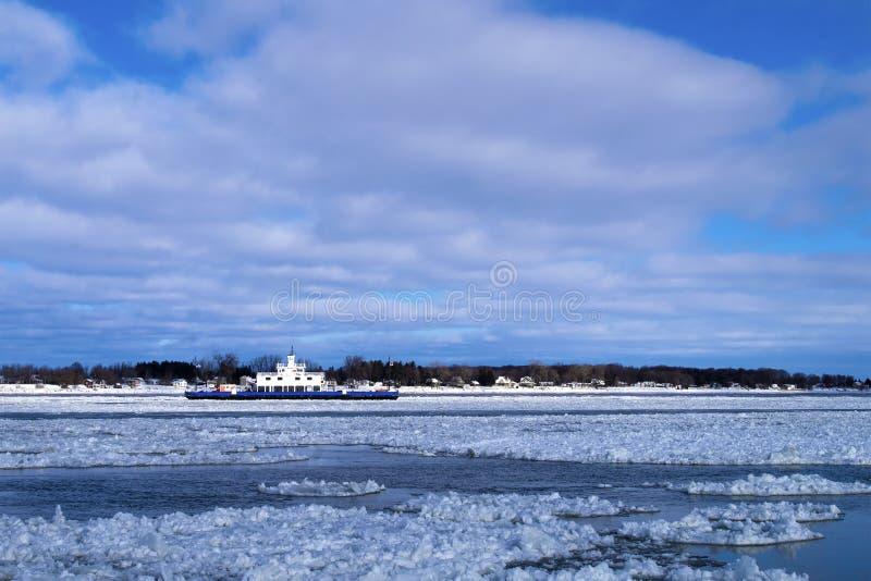 Ferryboat w lodowatym nawadnia podczas dnia zdjęcie stock