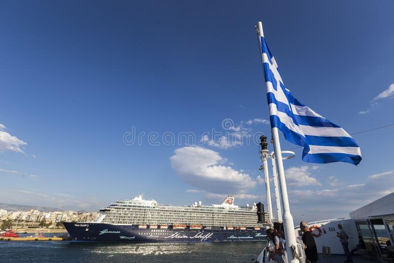 Ferryboats, navios de cruzeiros que entram no porto de Piraeus, Grécia foto de stock