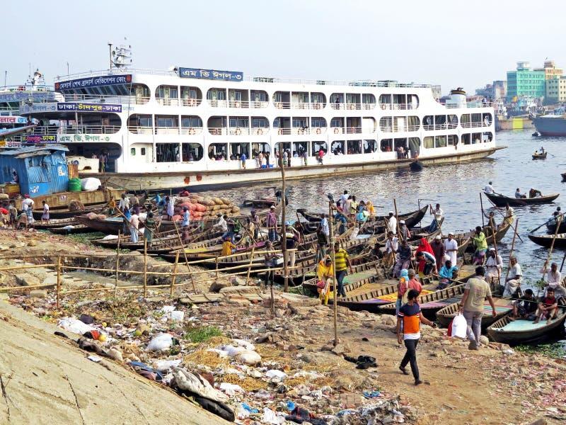Ferryboats przy portem Dhaka, Buriganga rzeka, Dhaka, Bangladesz obraz royalty free