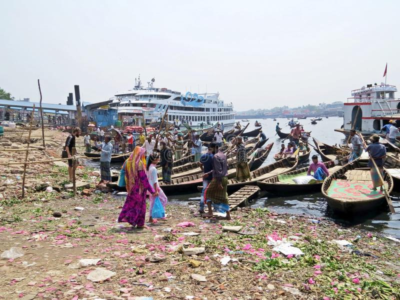 Ferryboats przy portem Dhaka, Buriganga rzeka, Sadarghat, Dhaka, Bangladesz fotografia stock