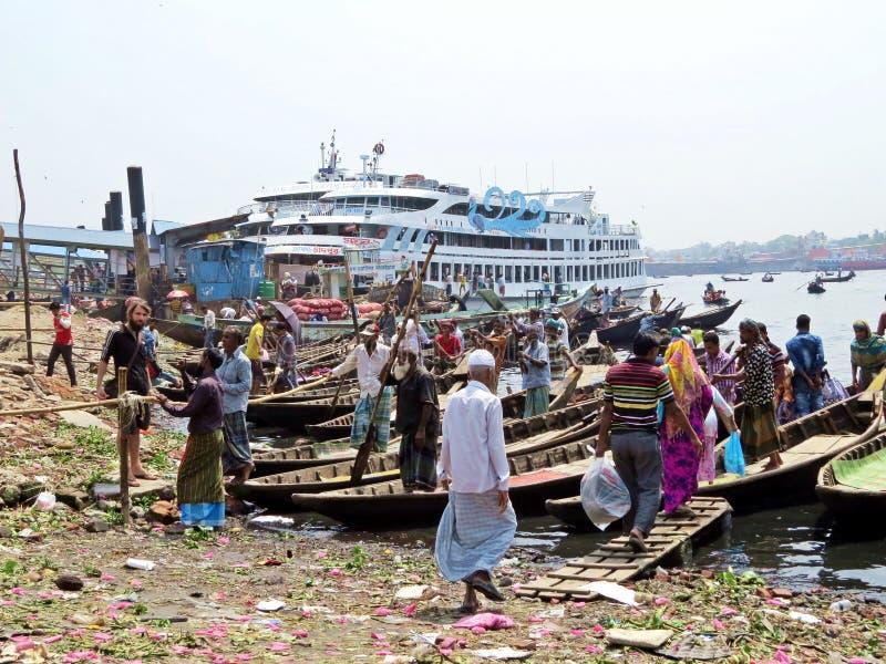 Ferryboats przy portem Dhaka, Buriganga rzeka, Sadarghat, Dhaka, Bangladesz obraz stock