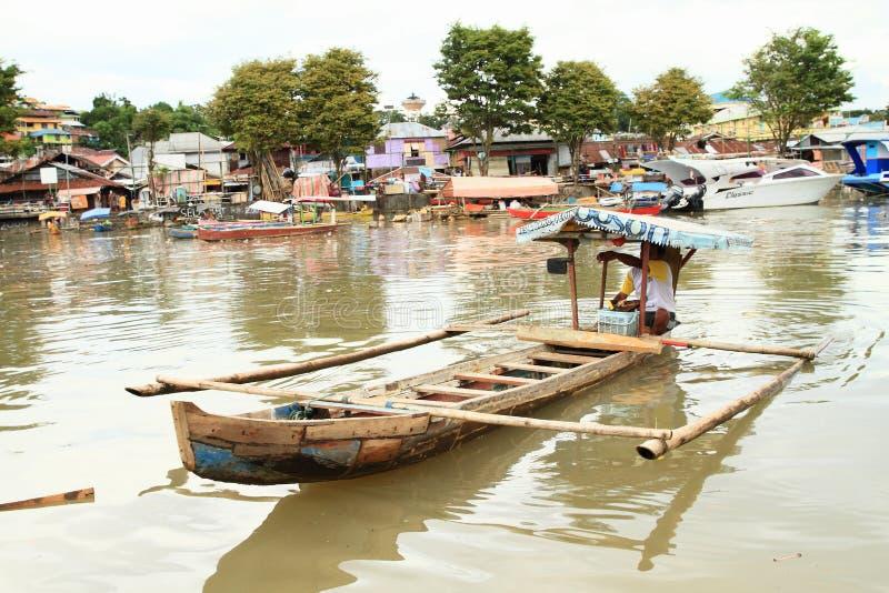 Ferryman die op rivier in Manado varen royalty-vrije stock afbeelding