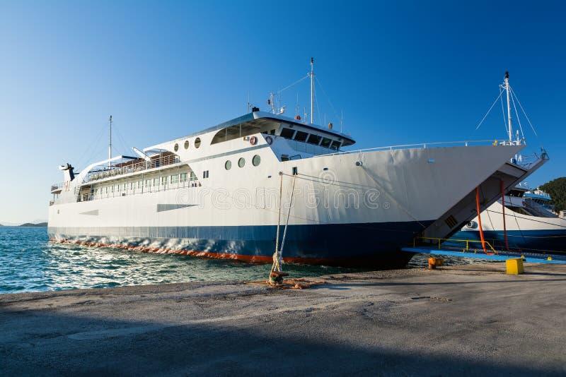 Ferrys-boat dans le port d'Igoumenitsa, Grèce Déplacement à l'île de Corfou photo libre de droits