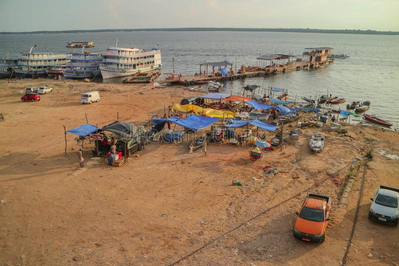 Ferrys-boat du Brésil dans la forêt tropicale Amazonie photographie stock
