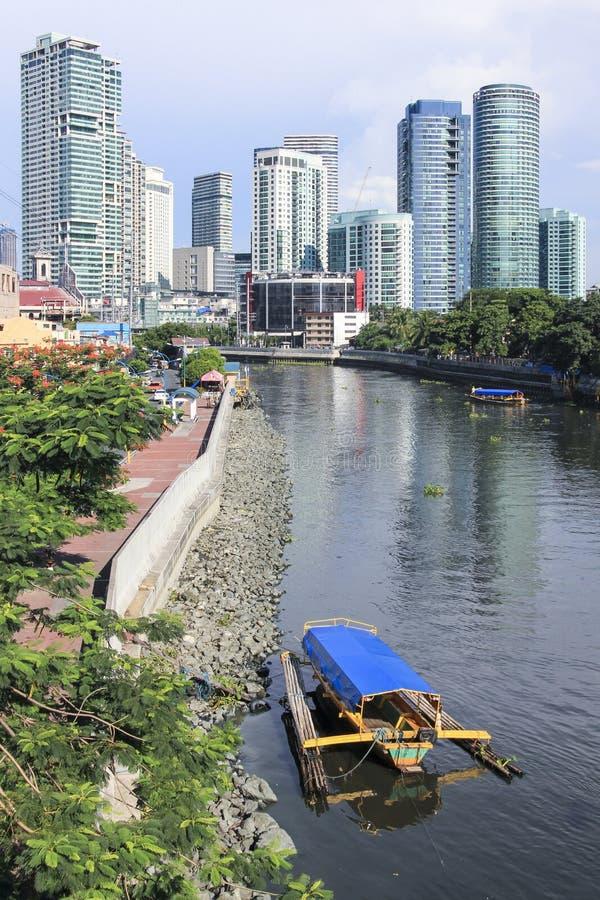 Ferrys do passageiro que cruzam o rio Rockwell Manila do pasig imagem de stock royalty free