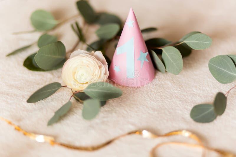 Ferst生日,党帽子 有蓝色第的一一个桃红色帽子,假日的庆祝的 库存图片