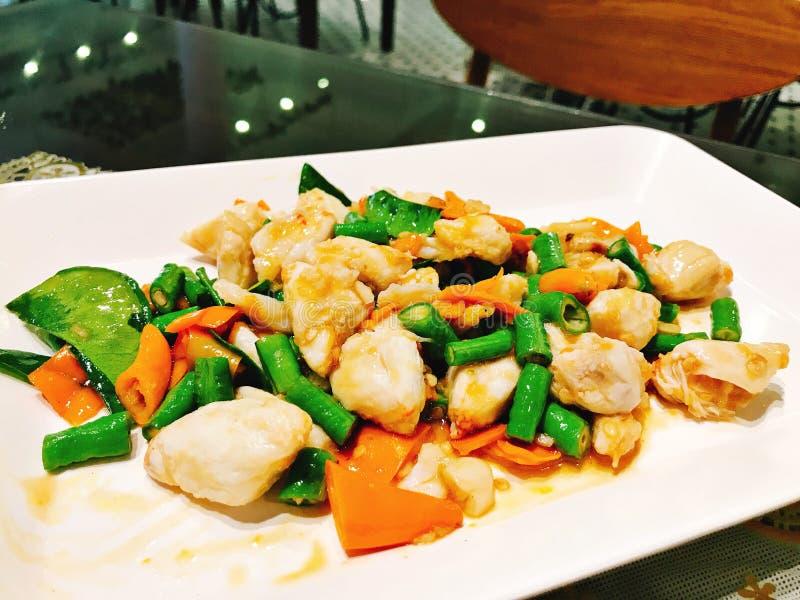 Fertania smażący kraba koloru żółtego i mięsa chillies obraz stock