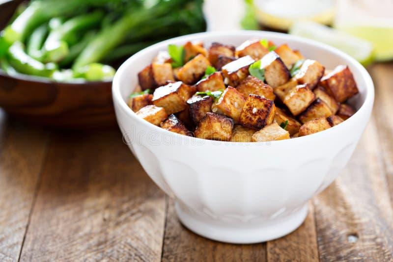 Fertanie smażący tofu w pucharze zdjęcia stock