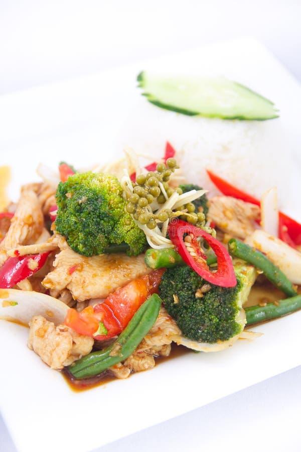 Fertanie smażył korzennych Tajlandzkich ziele z jaśminowymi ryż. obrazy stock