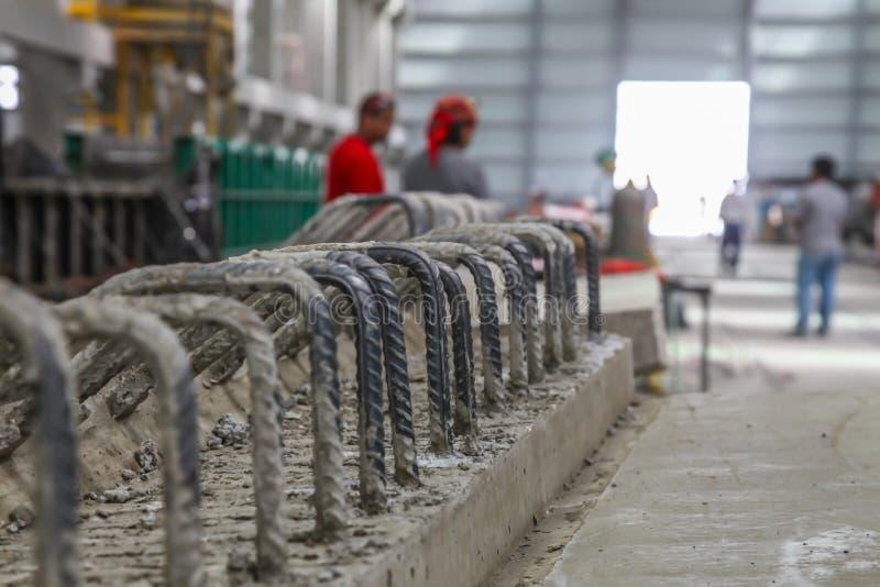 Fertigbetonstrahl mit hervorragender Verstärkung in einer Vorgußproduktionsanlage stockbilder