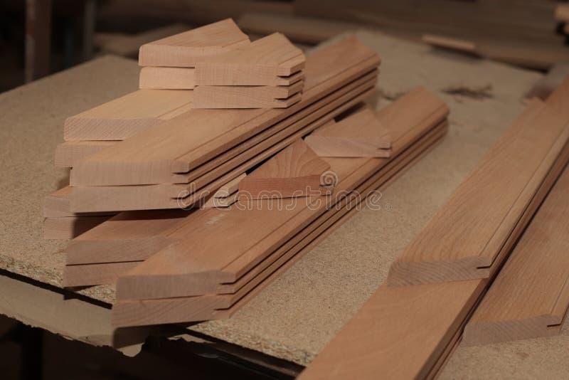 Fertige freie Räume für die hölzernen Fassaden gemacht von der festen Buche in der Schreinereiindustrie stockbild