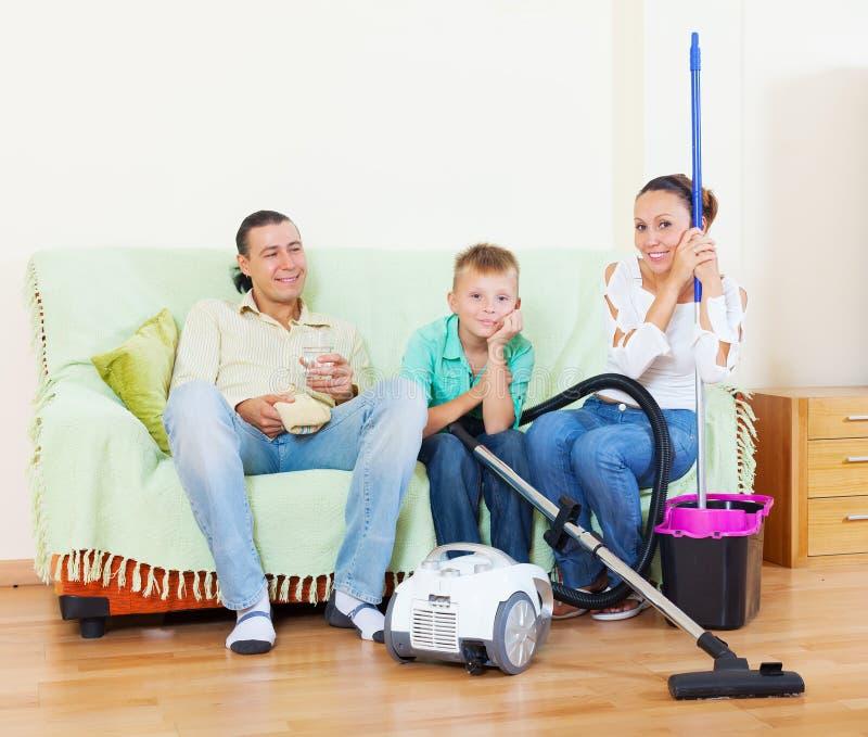 Fertige Hausarbeit der gewöhnlichen dreiköpfigen Familie lizenzfreies stockfoto