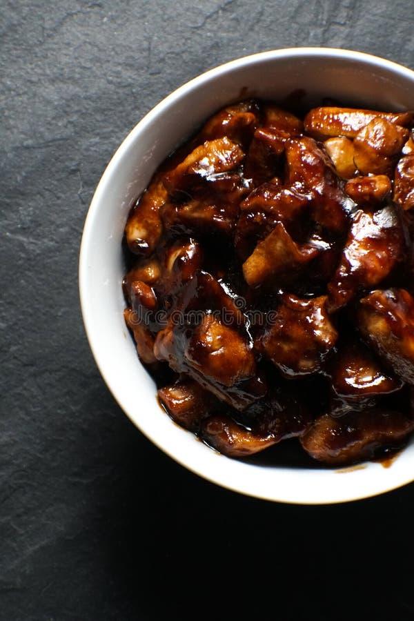 Fertige Stücke der Hühnerbrust im teriyaki sauce Draufsicht Asiatische Küche lizenzfreies stockfoto