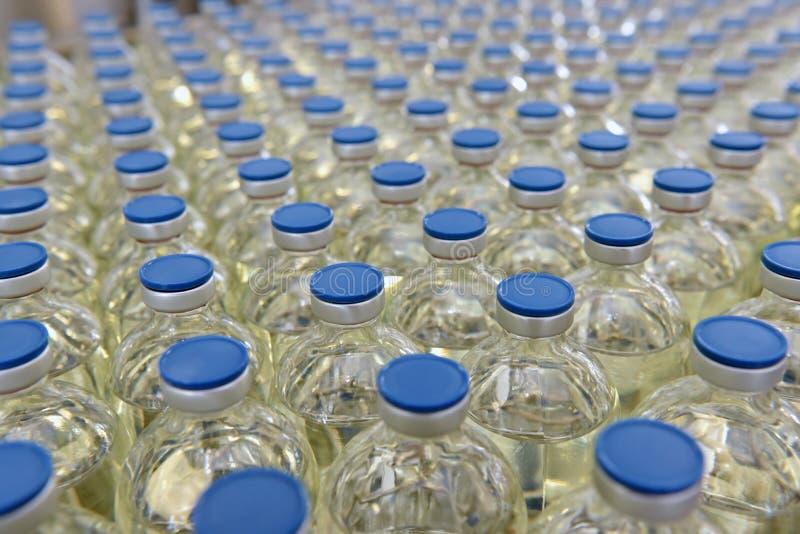 Fertigung und Abfüllen von Drogen in einer pharmazeutischen Produktion stockfotos