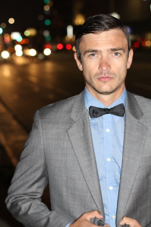 Fertyczny dżentelmen outside przy nocą w mieście zdjęcie royalty free