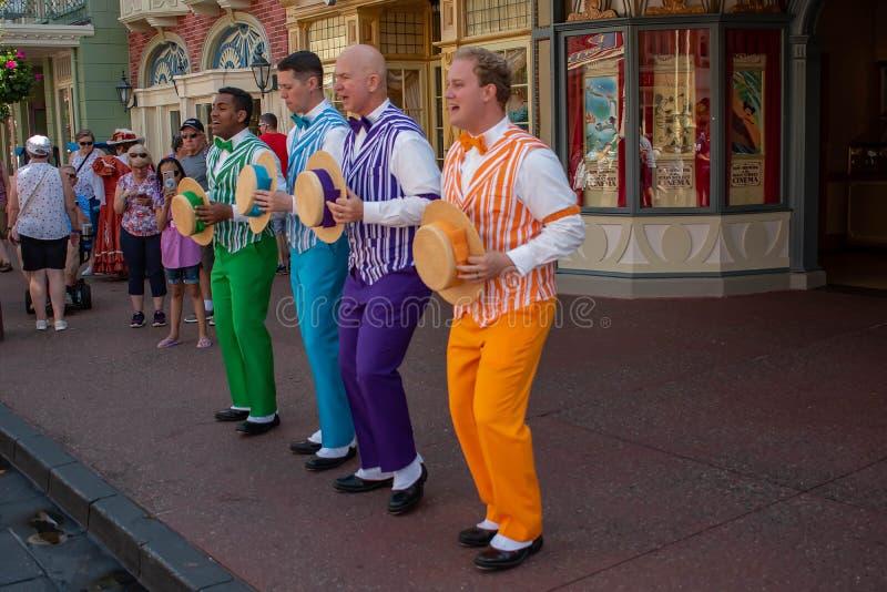 Fertyczny Dans jest skocznym zakładu fryzjerskiego kwartetem śpiewa w harmonii na Main Street przy Magicznym królestwem 1 obraz royalty free