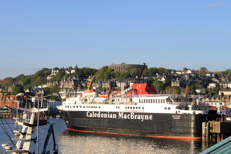 Ferventar com especiarias a balsa no porto de Oban com torre de McCaig foto de stock royalty free