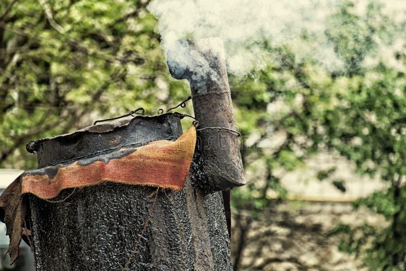 Fervura com resina de ebulição Tambor do ferro enchido com a resina fotos de stock royalty free