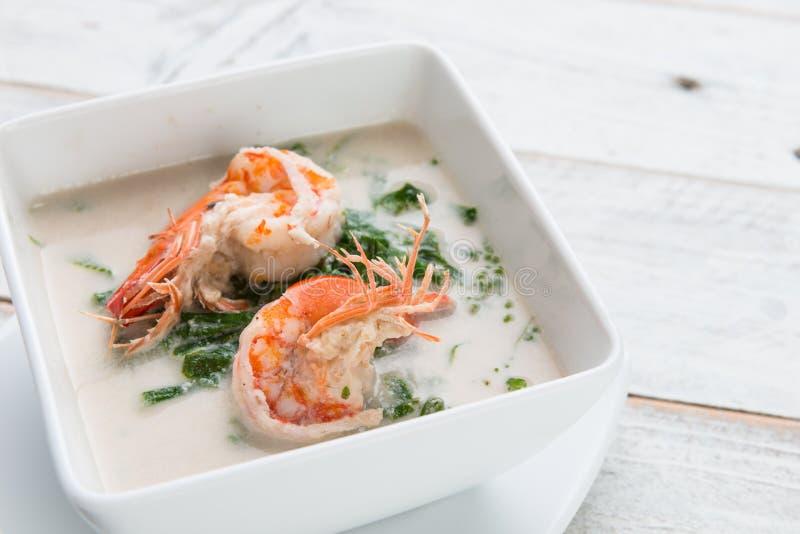 Fervura da samambaia do camarão e do Paco (Diplazium esculentum) com coco MI imagem de stock