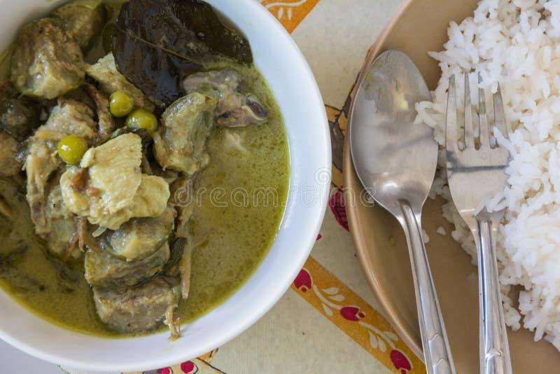 Fervura da sopa da carne de porco na bacia branca imagens de stock royalty free