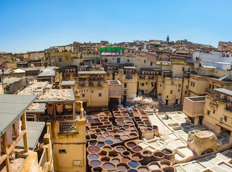 Fes老坦克皮革厂与颜色油漆的皮革的 摩洛哥非洲 库存图片