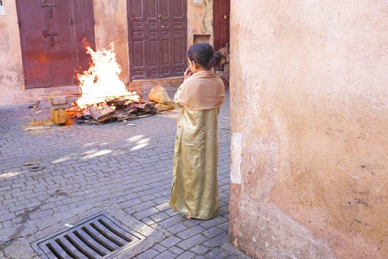 FES MAROCCO - Oktober 15: Flicka som håller ögonen på branden på Eid al-Adh arkivbilder