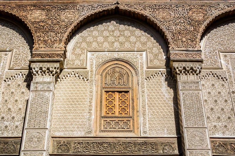 Fes, Marokko - Oktober 16, 2013 Bou Inania Madrasa wordt wijd erkend als uitstekend voorbeeld van Marinid-architectuur stock foto's