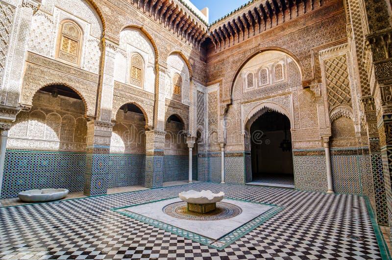 Fes, Marokko - Oktober 16, 2013 Bou Inania Madrasa wordt wijd erkend als uitstekend voorbeeld van Marinid-architectuur stock afbeeldingen